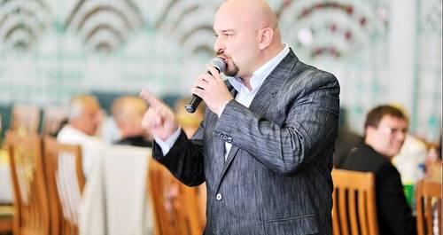 Ведущий Саша Кожельцов